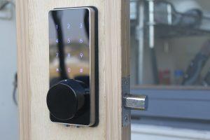 Bản lề cửa có cần thiết khi lắp đặt khóa điện tử không?