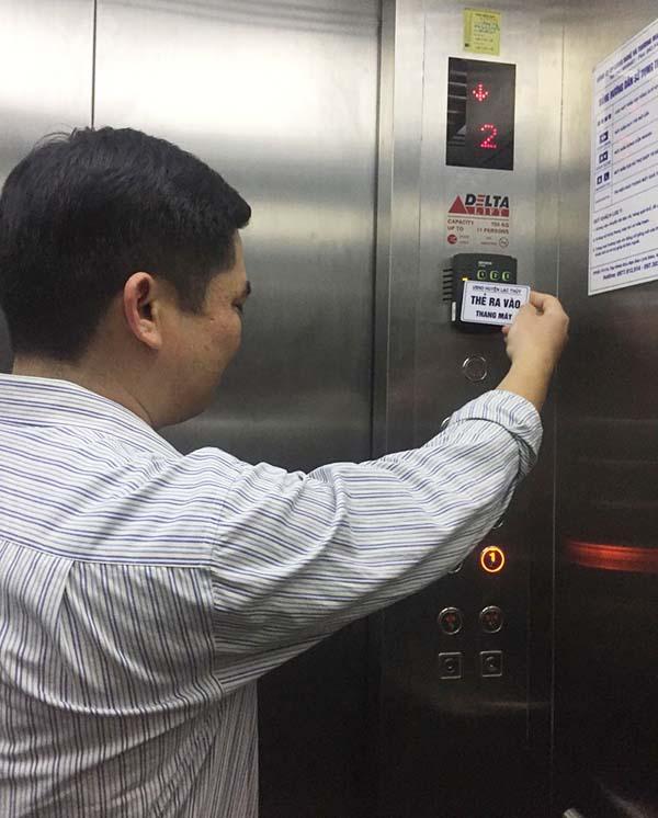 kiểm soát thang máy chung cư bằng thẻ từ