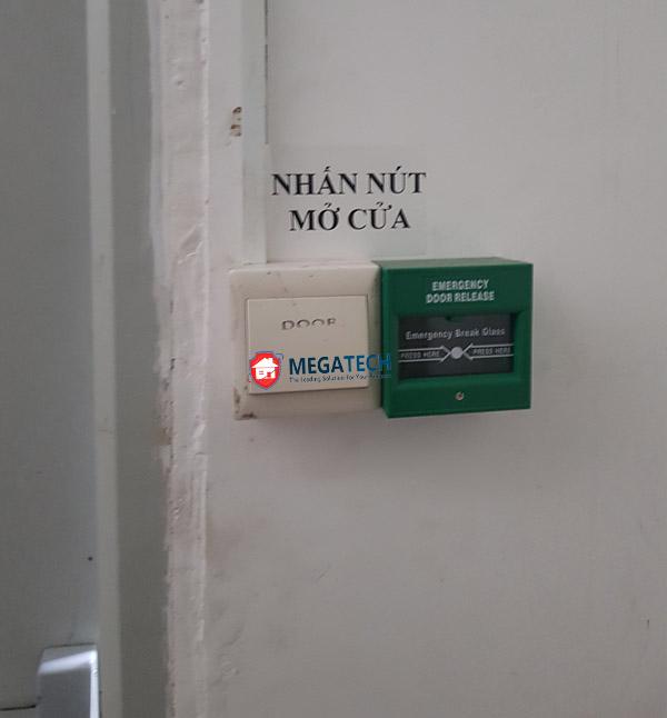 Nút Exit nhấn mở cửa