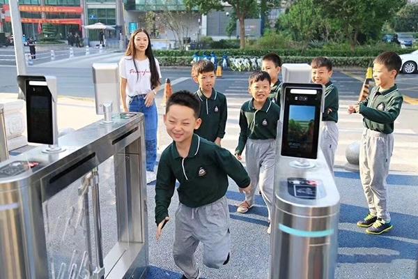 máy nhận dạng khuôn mặt dùng cho kiểm soát trường học
